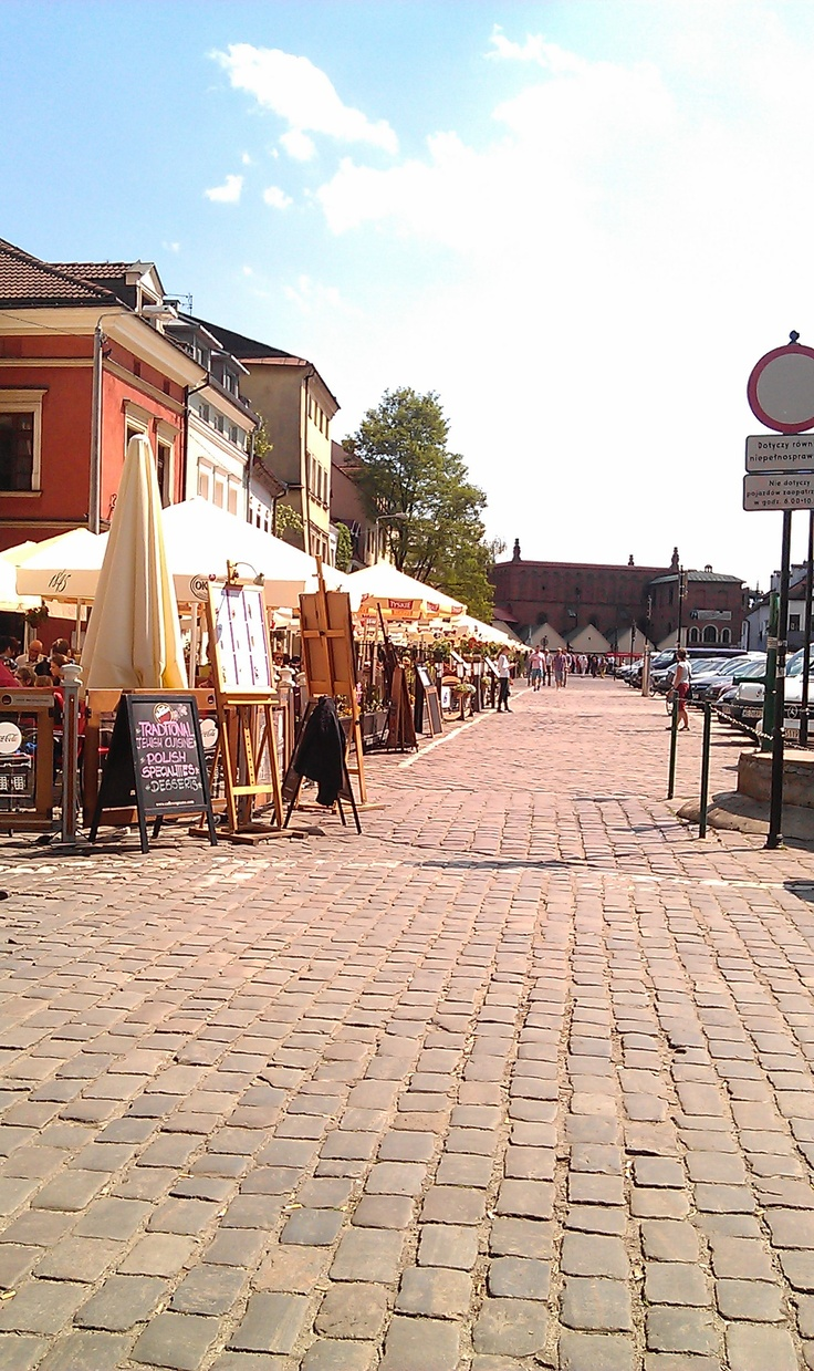 ul. szeroka - krakow - a long and wide cobbled street featuring the Old Synagogue at one end and numerous restaurants along it