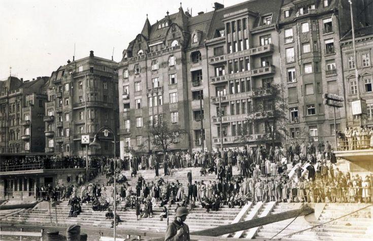 pesti alsó rakpart a nemzetközi hajóállomásnál, felette a Belgrád (Ferenc József) rakpart házai, balra a Sörház utca torkolata.