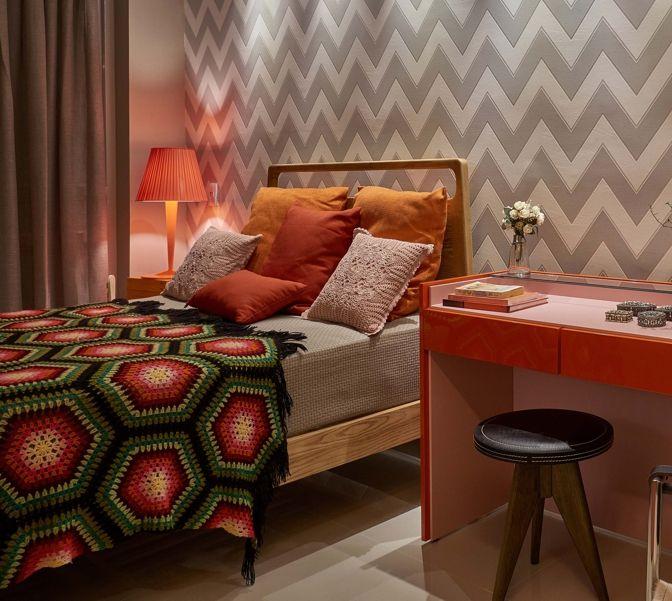 No Apartamento Urbano, de Natalie Tramontini e Karine Gonçalves para a Decora Lider Brasília 2015, a cama Viki, com cabeceira de madeira, ganha personalidade e ousadia ao lado da colcha colorida de crochê e do papel de parede em zigue-zague.
