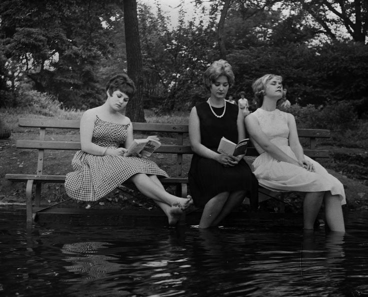 IlPost - Contro lafa a Central Park - Tre ragazze hanno avvicinato una panchina sulla riva del lago a Central Park, New York, per poter immergere i piedi nellacqua e rinfrescarsi dal caldo. La foto è del settembre 1961.  (Keystone Features/Getty Images)