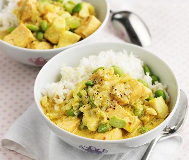 Indisk fiskgryta | Den här lätta fiskgrytan med sojabönor är kryddig och färgsprakande. Med heta smaker av curry, koriander och ingefära inspireras denna rätt av det indiska köket. Kokosmjölk, buljong och sojabönor får koka i någon minut innan fisken tillsätts för att sedan sjuda några minuter. Servera grytan med nykokt ris.
