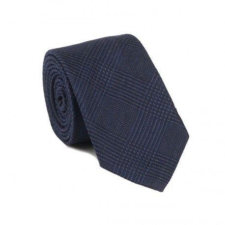 Cravate bleu Prince de Galles en laine, faite de modernité et classicisme. La doublure et le passant sont réalisés dans le même tissu que la cravate, caractéristique du très haut de gamme.  Hast 49E