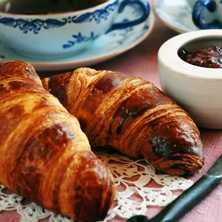 Med färdig deg är det superlätt att göra riktigt goda croissanter. Lyxa till dem med choklad om du vill!