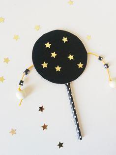 Ce tambour chinois en carton est très facile à réaliser et les enfants vont adorer l'utiliser ! En le faisant tourner de gauche à droite, les petites perles frappent le tambour et en avant la musique !