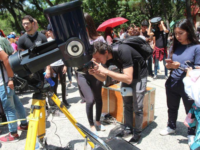 Más de 400 se reúnen en Bosque Los Colomos para ver el eclipse - Informador.com.mx