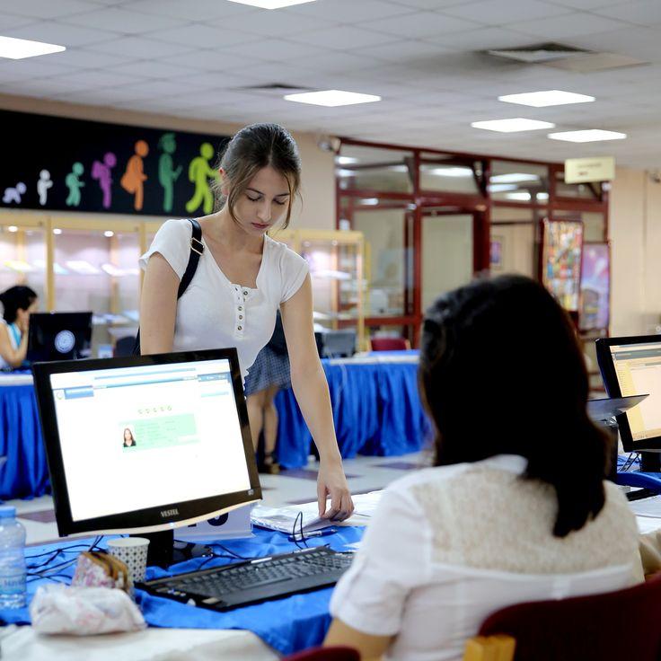Ege Üniversitesi'nde Kayıtlar Başladı... Ege Üniversitesi'ne yerleşmeye hak kazanan 9.961 öğrenciden 3000'e yakını kaydını E-Devlet üzerinden elektronik kayıt olarak gerçekleştirdi. Elektronik kaydı tercih etmeyen öğrenciler bizzat üniversiteye gelerek Merkez Kütüphanesi'nde kayıtlarını yaptırıyor. http://egeburada.ege.edu.tr/index.php/dereceye-giren-ogrencileri-rektor-kaydetti/