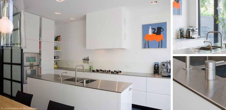 Moderne keuken - MDF wit zijdeglans - 10mm dikke RVS aanrechtbladen - ingelaste dubbele spoelbak - spoeleiland - koof t.b.v. afzuiging mee gestuct in het werk - Pitt Cooking kookplaat - greeploos - Gaggenau oven en combi-stoomoven