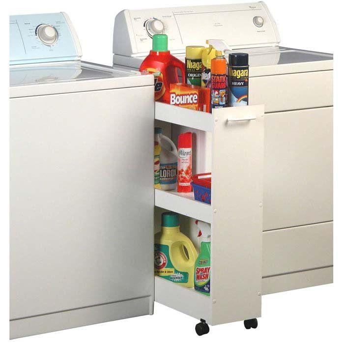 Tem um cantinho sobrando? Ideia perfeita para guardar e organizar produtos de limpeza e demais itens. Basicamente é uma pequena estante de 3 prateleiras com rodinhas e um puxador. Pode aproveitar a ideia e fazer a sua própria versão.