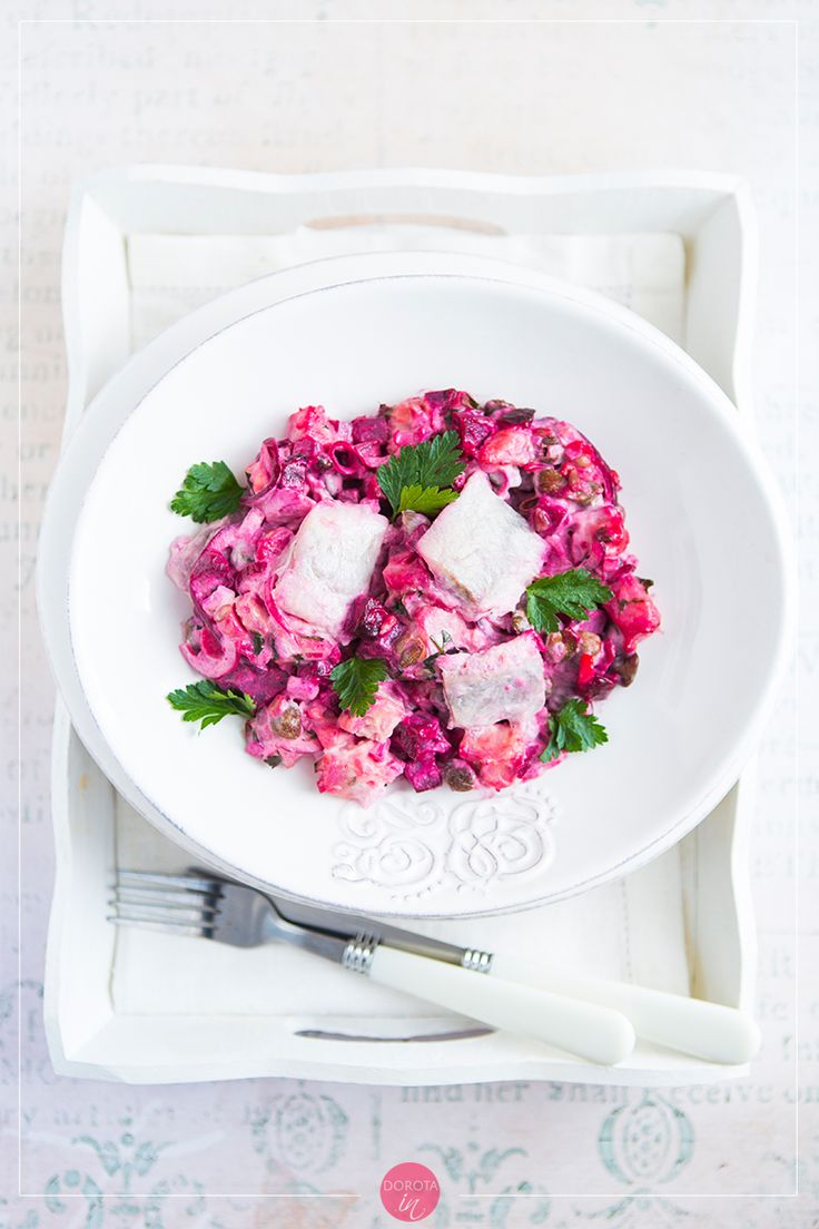 Śledzie z burakami w pięknym, różowym kolorze. #Przepis na doskonałą #sałatka na imprezę lub kolację. #jedzenie #kuchnia #śledzie