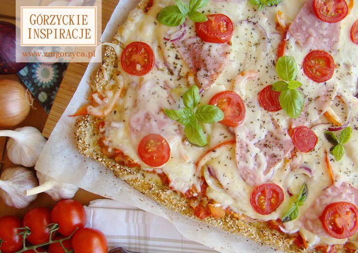 Wyjątkowa, oryginalna i… zaskakująco dobra. Pizza z szynką gotowana wiązaną, sosem pomidorowym, mozzarellą, cebulą, papryką i serem na nietypowym spodzie bo zranionym z kalafiora i sezamu http://www.zmgorzyca.pl/index.php/pl/kulinarny/przyjecia/368-pizza-z-szynka-4