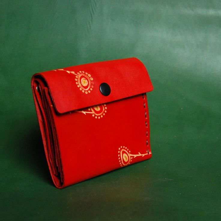 veselá peněženka.. Ručně šitá kožená peněženka s motivem vytvořeným  technikou voskové batiky e9f593a94c