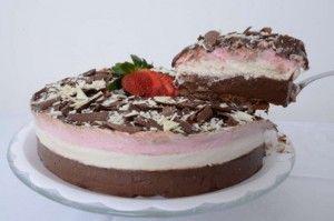 Bonita, saborosa e sofisticada, a torta napolitana. Um doce com três sabores diferentes: creme de chocolate, creme de baunilha e morango.