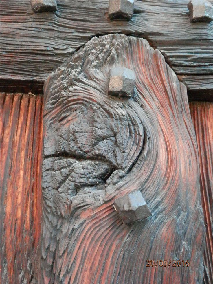 (foto di Purple) Particolare del portone dell'abbazia di Viboldone. Il portone della chiesa è di legno scuro, decorato con grandi costoloni lignei e grossi chiodi, e risale all'epoca della costruzione della facciata. In esso è ricavato un piccolo portoncino che è usato per l'ingresso in chiesa.