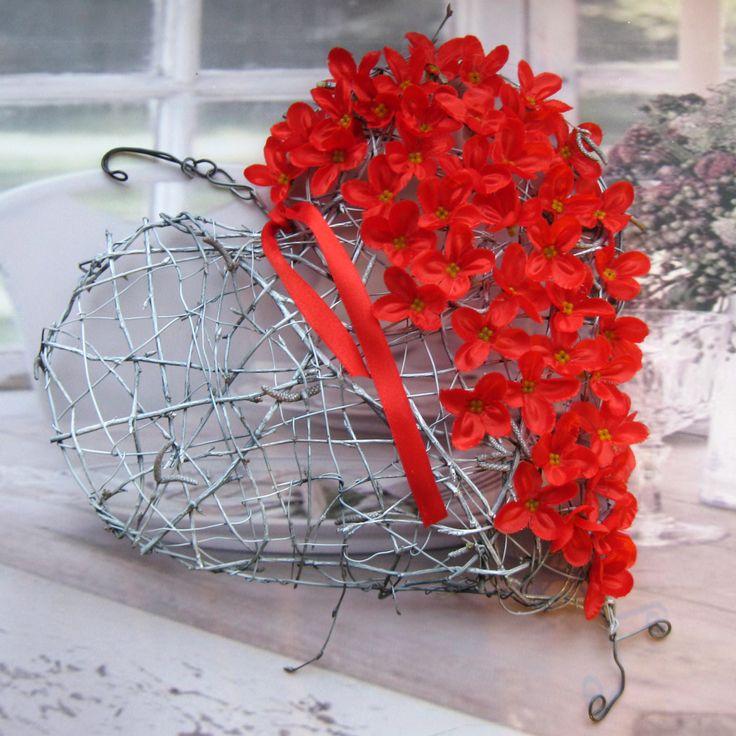 Valentýn Tvarované vypouklé větší srdíčko z březového proutí a drátu, šíře cca 30 cm, dozdobené látkovými květinami k zavěšení nebo položení..