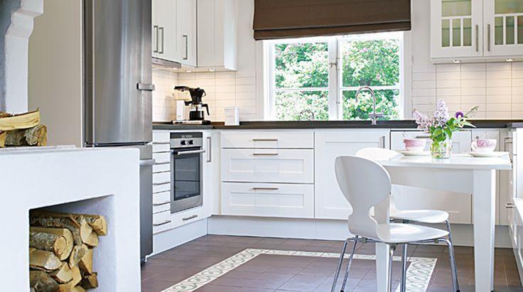Sigill är ett stilrent kök. Köksmaskinerna i rostfritt är allt som oftast tongivande men här har man valt att dämpa det intrycket genom att bygga in köksfläkten i ett av överskåpen som en stilfull lösning.  Se mer av Sigill: http://www.tibrokok.se/vara-koksstilar/ovanligt-bra-koksstilar/sigill