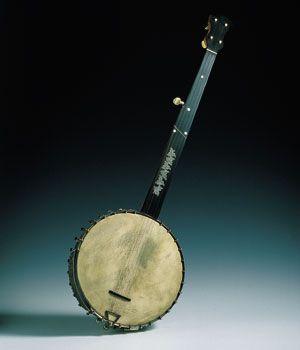BANJO Todas las investigaciones invitan a pensar que el banjo que hoy conocemos proviene de un instrumento africano que llegó a América con los esclavos negros. Probablemente su caja de resonancia primitiva era una simple calabaza cortada por la mitad, con una piel como tapa armónica y un mástil, sobre el que se extendían varias cuerdas. Este instrumento recibía los nombres de banza, banjil, banje, banshaw, banjar, etc., aunque otras fuentes atribuyen el actual nombre a una evolución del…
