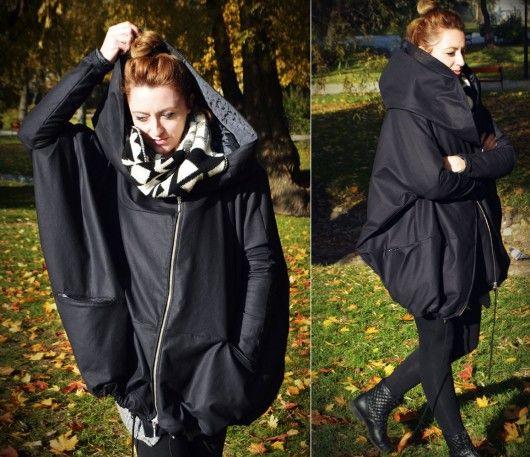 Oversize płaszcz, ogromny kaptur zapinany na bok