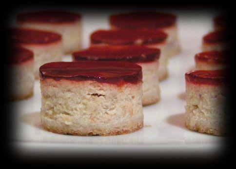 quand les yaourts se déguisent en cheesecake !  Ce cheesecake peut également être servi de manière classique. Dans ce cas, doublez les proportions ou utilisez un moule plus petit (16 cm de diamètre) pour que le gâteau soit suffisamment épais. Par ailleurs, n'oubliez pas de prolonger le temps de cuisson de 15 minutes.  Temps de préparation:  10 min de préparation pour la pâte et au moins 1 h de repos au frais,  15 min pour la préparation de l'appareil à cheesecake,  40 min de cuisson…