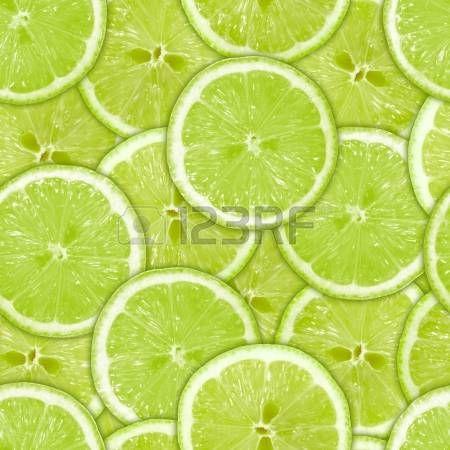 Fondo con frescas rodajas de limón verde.