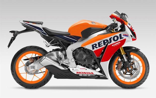 """A moto CBR 1000RR Fireblade 2016 que é uma referencia entre as motocicletas esportivas,  a principal novidade fica mesmo por conta da edição """"Marc Márquez"""" que traz as cores do time Honda Repsol. A moto é inspirada na campeã da temporada de 2011 da MotoGP."""