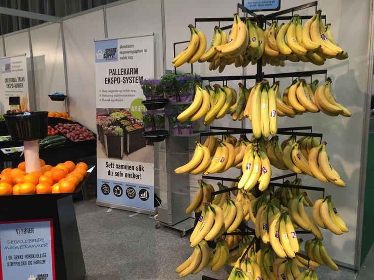 Lurer litt på hvor man skal gjøre av bananene som blir igjen om kunden ikke skal ha hele klasen. Butikkleverandørmessen på Norges Varemesse 2016.