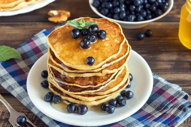 Amerykańskie pancakes to doskonały pomysł na śniadanie. Poznaj cztery zdrowe przepisy na ten rodzaj naleśników i zobacz, jak łatwo je wykonać.