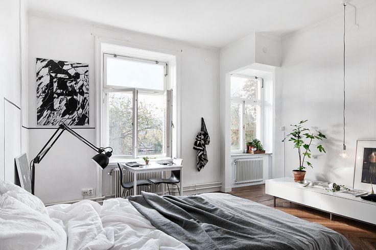 Sovrum säng lampa skrivbord fönster