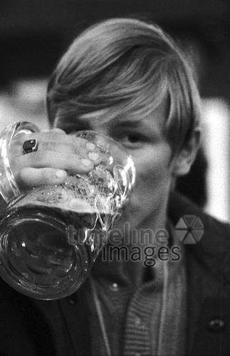 Mann auf dem Oktoberfest, 1970 Christoph/Timeline Images #Durst #Getränk #trinken #Drinks #drink #hot #summer #thirsty #durstig #70er #70s #Munich #München #Bier #Bierkrug #Maß #Maßkrug #Feier #feiern #Party #Oktoberfest #historisch #historical #Erfrischung #traditional #traditionell #retro #nostalgic #Nostalgie