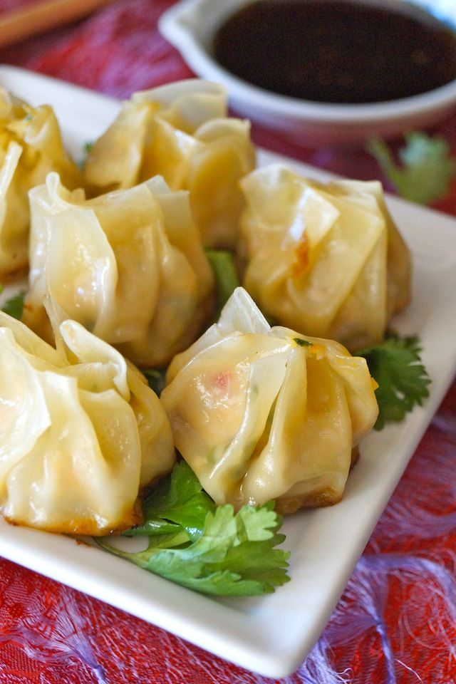 Garlic Ginger Chicken Dumpling recipe // Juicy chicken, flavorful vegetables and aromatic garlic and ginger in every bite! The perfect hors d'oeuvres or appetizer that you won't be able to stop eating!