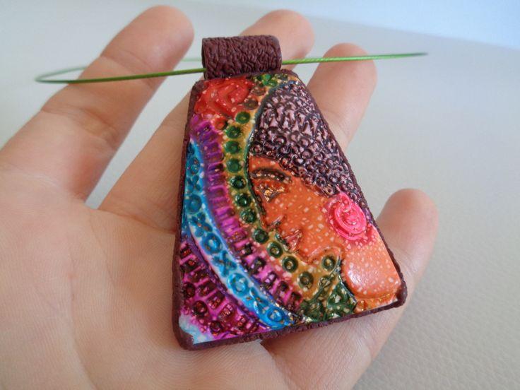 batikovaný náhrdelník s obličejem ženy přívěsek z fimo hmoty, zdobený technikou batikování (alkoholové inkousty), textura egyptské ženy, navlečený na barevné kovové obruči se šroubovacím zapínáním, velmi lehký přívěsek- 6x4cm