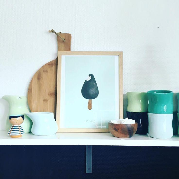 Er så glad for min nye plakat fra @eia_veia  #eiaveia #plakat #føroysklist #føroyskaheimið #oljudropi #bolig #boligstyling #køkken #plakat #poster #køkkendetaljer #stilleben #kahler #kahlermano #luciekaas #interiør #indretning #home #kitchen #kitchendetails #interior #decor #decoration #art