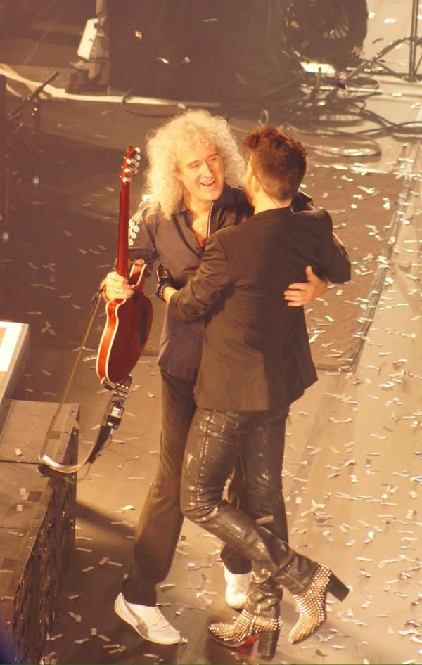 Awww a lovely moment someone has captured, The end of a great show.. #NYE  #London @DrBrianMay @adamlambert