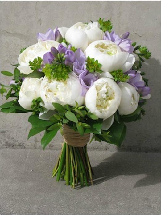 Ramo de flores lilas y blancas con detalles en ramilletes verdes