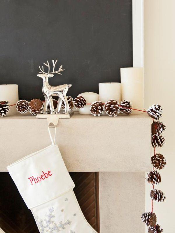 Appendere tante pigne per creare una semplice decorazione