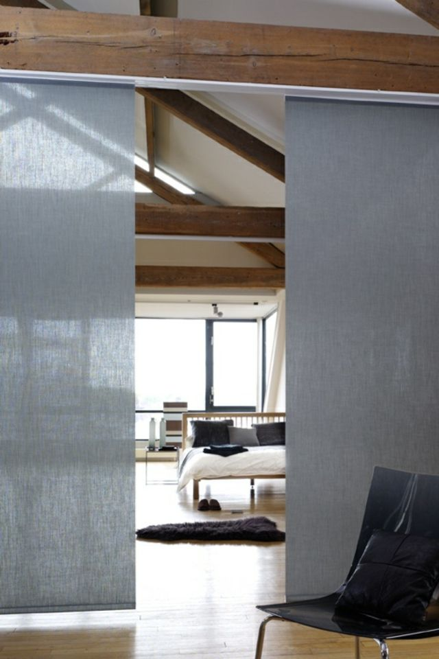 Panneaux japonais gris dans un spacieux loft