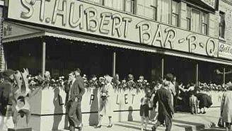 À son ouverture le 25 septembre 1951, la première rôtisserie de la rue Saint-Hubert, porte le numéro d'immeuble 6359