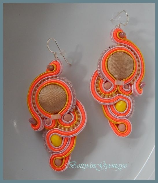 Narancs aszimmetrikus sujtás fülbevaló - tekert - Orange soutache asymmetrical earrings - wrapped
