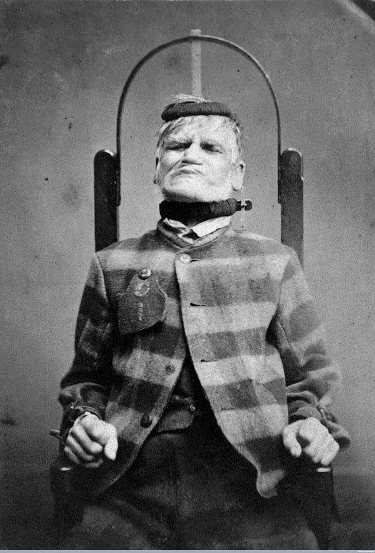 El West Riding Lunatic Asylum abrió sus puertas en 1818 y las cerró, afortunadamente para algunos, en 1995. Fue uno de los principales centros para enfermos mentales en Inglaterra, y albergó a cientos de pacientes. Algunos de ellos fueron inmortalizados en estas fotos: