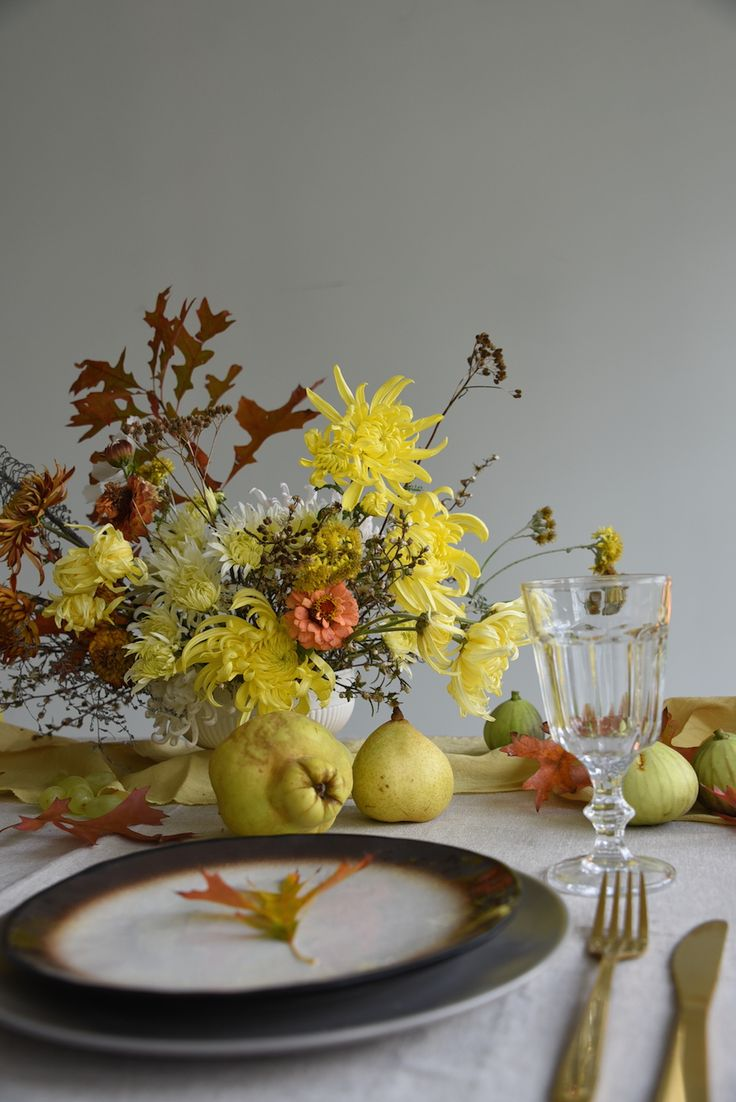centrepiece, table flowers, fruit, may, autumn, yellow, oak leaves, harvest, chrysanthemums, zinnia, quince, pears
