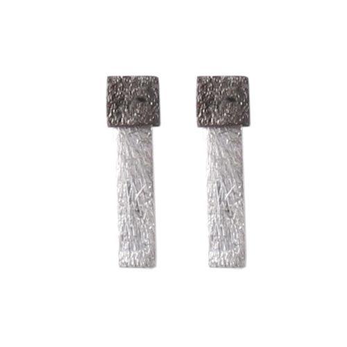 ørestikker med firkanter Til disse ørestiks skal der bruges følgende materialer:  1 par ørestik med firkantet plade, oxideret sterlingsølv 2 stk. børstet firkant 18x4mm, forsølvet messing
