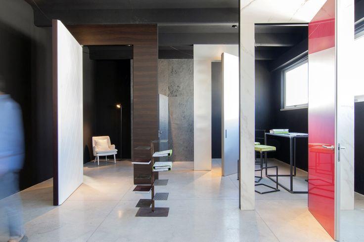 Linvisibile Alba Infinito Hinged door, red lacquerin finish. Showroom Mat.  #invisibledoors #internaldoors #MAT #showroom #designdoors