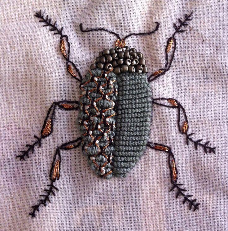 insecto bordado con hilo de cobre