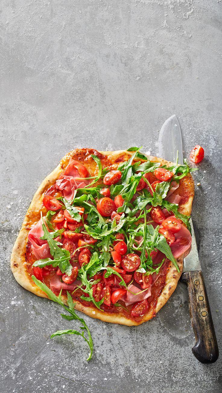 Edelpizza mit Rucula und Parmaschinken