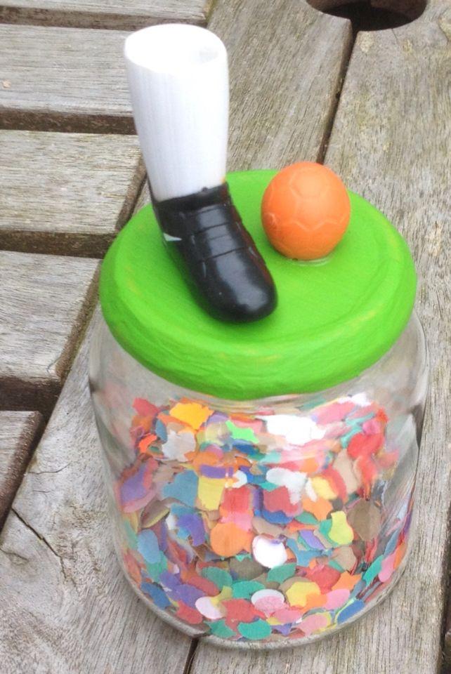 Verjaardagskado gemaakt van glazen pot, deksel geverfd, voetbal en schoen opgeplakt, inhoud: confetti en muntgeld
