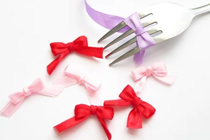 Gemakkelijk een strik maken van een lintje met behulp van een vork of om je vingers heen