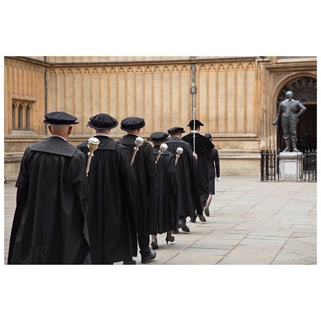Martin Parr continues his lifelong exploration of Britishness and British institutions. His latest book captures a year in the life of Oxford University.  PHOTO: Bodleian Library. Encaenia, the Old Schools Quadrangle. Oxford. England, Great Britain. 2015 © @MartinParrStudio/#MagnumPhotos  Instagram Profile: @magnumphotos  Source/Origem: https://www.instagram.com/p/BY3dD8KhytB/