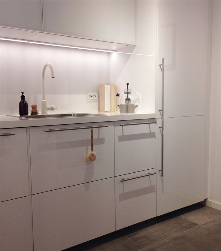 Love all the clean white surfaces in siren 39 s ringhult for Ikea kitchen modern white