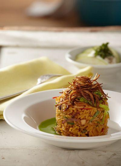 Arroz con pollo, almendras tostadas, cebolla frita, acompañado con ensalada de manzana verde y hierbabuena. Esta combinación de los ingredientes de este arroz resulta muy interesante, lo que hace de este plato una exquisita receta equilibrada en textura y sabor.