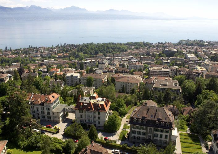 """Tabara de engleza / franceza intr-un colegiu elvetian de top  Lausanne este un oras situat in partea franceza a Elvetiei, pe malul lacului Geneva, la 62 km nord-est de orasul Geneva. Lausanne ofera o larga varietate de oportunitati culturale, datorita laturii universitare foarte dezvoltate a orasului, precum si o priveliste superba asupra Muntilor Jura. Localitatea este cunoscuta drept """"capitala olimpica"""", aici aflandu-se sediul Comitetului Olimpic International. Scoala se afla in centru, la…"""