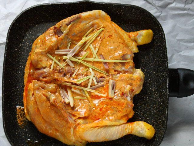 POLLO ALLA GRIGLIA AL CURRY ROSSO 5/5 - Fate scaldare una griglia o una padella grigliante, adagiatevi il pollo dal lato della pelle e fate cuocere per 15-20 minuti finché sarà molto dorato. Rigiratelo e finite la cottura dall'altro lato. Servitelo a piacere con verdura alla griglia.